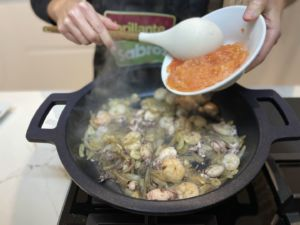 Se añade el tomate rallado sin piel y el perejil picado