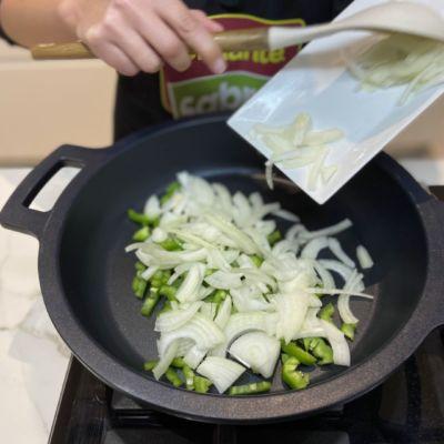 Pochamos la cebolla y el pimiento verde