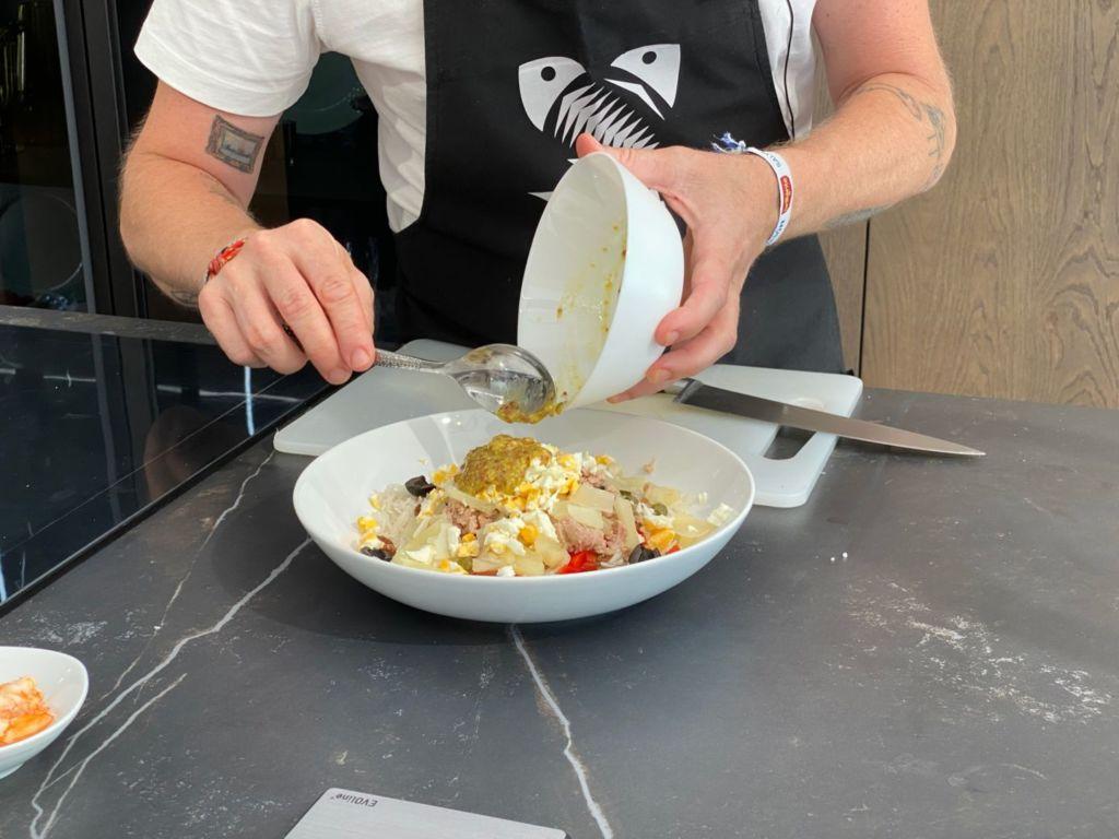 Añade la vinagreta a la ensalada