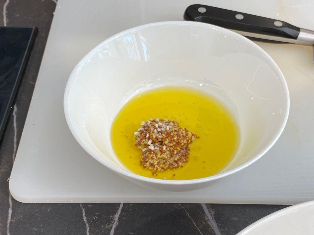 Prepara una vinagreta mezclando la mostaza