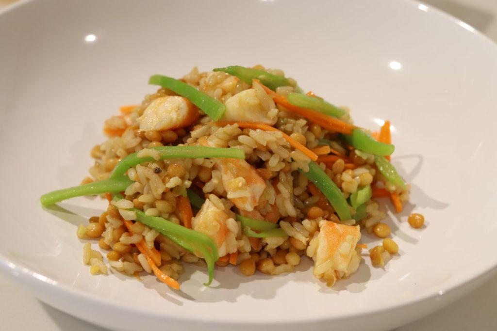 Ensalada de arroz integral con lentejas y gambas