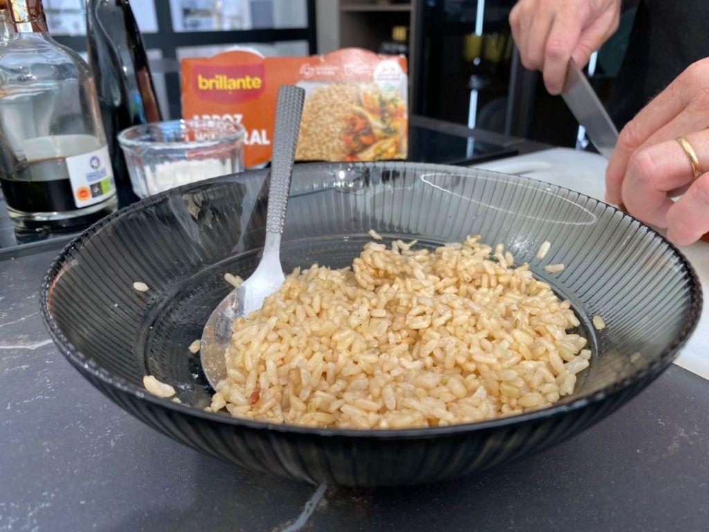 Calentamos el vasito de arroz integral Brillante y lo ponemos en un bol