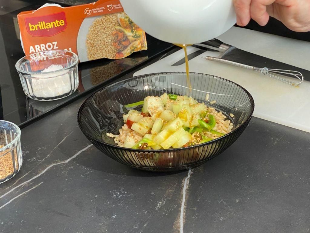 Adereza la ensalada con la vinagreta