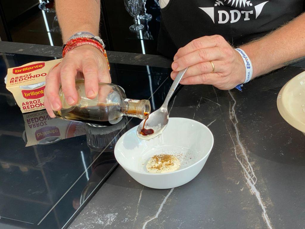 Añadimos vinagre de Jerez y aceite de oliva virgen extra