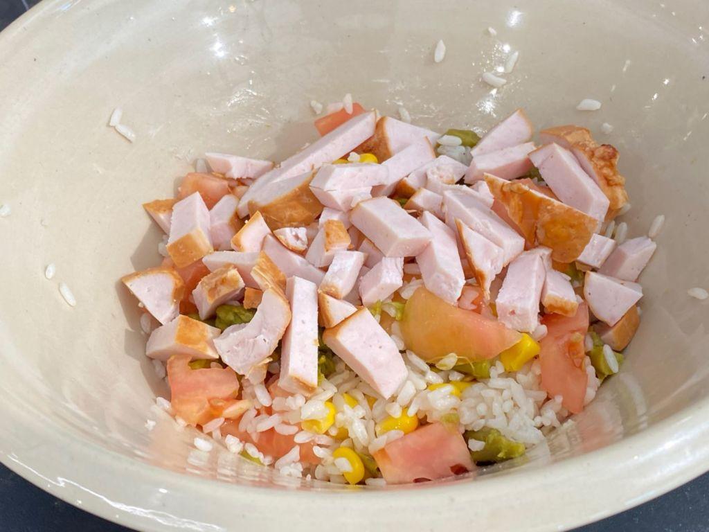Incorporamos el pollo asado sobre el arroz