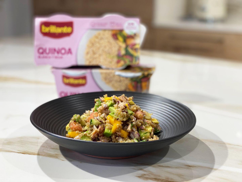 Ensalada de quinoa con mango, aguacate y atún