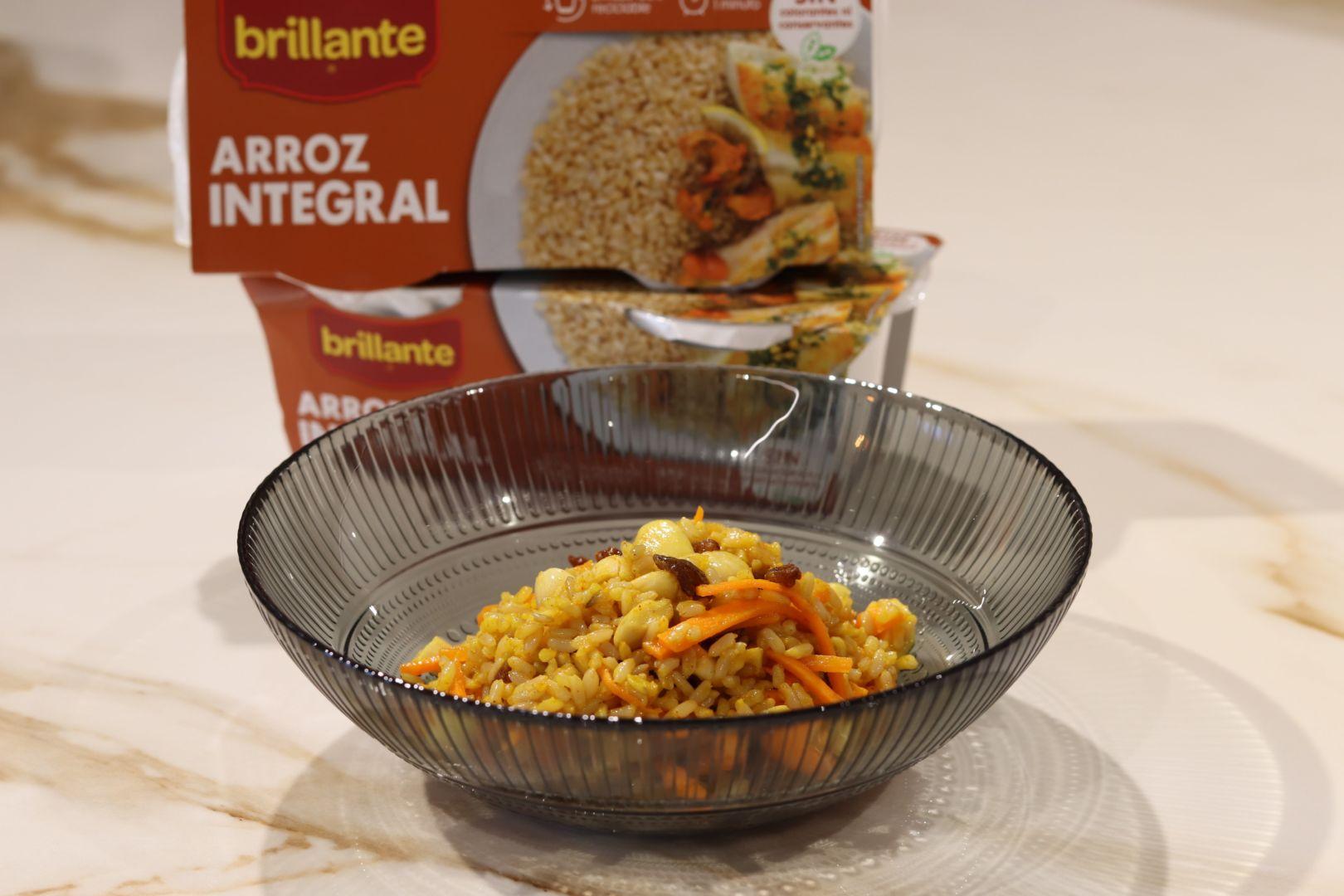 Ensalada de arroz integral con pasas y almendras