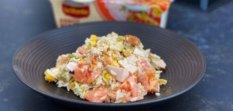 Ensalada de arroz redondo con pollo, maíz y espárragos